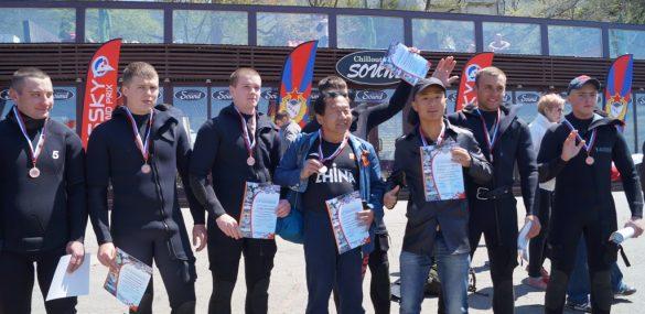 Китайские туристы стали участниками Победного заплыва во Владивостоке