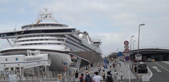Из-за карантина лайнер Diamond Princess задержали в Йокогаме и отменили следующие два круиза