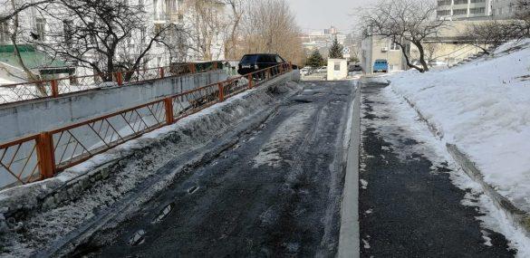 Разбитая дорога перед отелем не добавляет популярности Владивостоку