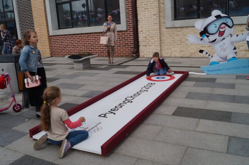 й туристы осваивают олимпийский вид спорта - кёрлинг (Фото: Prim-Travel)
